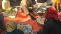 尼泊尔人做的最原始的午餐 卫生非常的不好啊