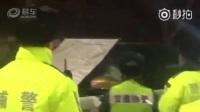 【继深圳交警之后北京交警也砸破车窗执法】