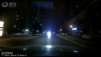 路怒症车主欲怼远光狗,吓得对方赶紧关灯