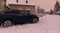 当特斯拉Model X 穿过很厚的积雪时......