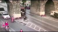 宝马被迫减速让行,可公交车没有惯着她!
