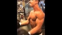 肌肉型男杨浩石健身房训练自拍 壮硕性感的身体居然还吐舌卖萌!
