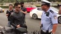 大快人心!外国小伙违章骑摩托,被交警逮住破口大骂