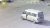超载摩托闯红灯撞面包车,3人飞出