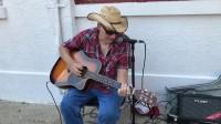 德州老牛仔街头弹琴