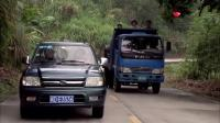 女司机开车回农村, 被大货车挑衅超车, 气得直踩大油门冲过去, 最后让你大惊失色!