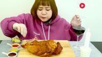 萌胖吃货妹子吃大只炸鸡, 搭配可乐吃得真是爽