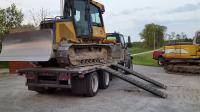 你知道挖掘机工作完后是怎样爬到货车上面去的吗?