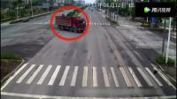 高速上轿车突然变道驶向出口, 被大货车猛烈追尾