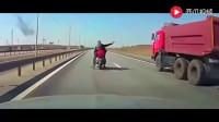 大货车司机也真倒霉, 碰到这样的骑摩托车狠人