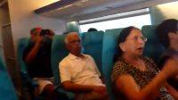 实拍一群外国人体验中国高铁! 400kmh时大妈心慌受不了!
