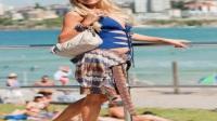 女星帕丽斯希尔顿邦迪海滩柔情拍照,她的笑容仿佛有倾城魅力