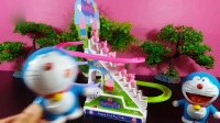 机器猫也爱玩小猪佩奇滑滑梯
