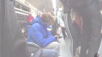在地铁里看到翘臀恶搞|人们的反应 - 1.PRANK- BOTTOM in the SUBWAY - Reaction(Av18380300,P1)
