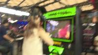 美女体验VR骑马砍杀游戏