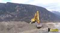 小松PC360NLC-11挖掘机正在挖掘砾石