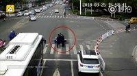路虎司机霸气停车,背起老人过马路