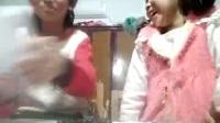 莉娜和爱莉娜吃怪味糖。