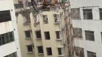 有没有人能告诉我, 挖掘机是怎么上的楼顶?