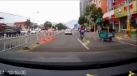 严重的交通事故  看完真不敢开车了!  车祸瞬间