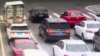 【浙江温州:一男子拉开一女子车门,女子弃车求助,男子将车开走撞毁护栏后逃逸】