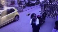 学校路口小孩子突然从盲区冲去来 被压在车底