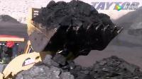 这么大的挖掘机, 在工地上一挖一车, 干活效率也太高了