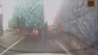 两名路人在路边行走,身后的汽车呼啸而至,监控拍下了这恐怖的一幕! 车祸集锦