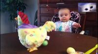 1岁宝宝看到母鸡下蛋后的表情, 简直把人萌翻了!