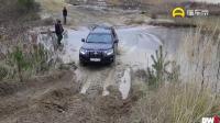凌志LX570和丰田霸道的越野能力差别有多大? 遇到泥坡就知道了!