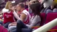 2018世界杯看台上,一球迷强吻女朋友,被女朋友怒打一巴掌,临座女子看不下去了,接下来发生更疯狂的事情。