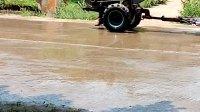 新余市分宜县湖泽镇299县道铁坑铁矿木工带锯机的前面手摇柴油机.正式启动