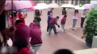 """暖心!暴雨中老师排队为学生架起 """"彩虹桥"""""""
