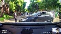 礼让老人过马路,被黑色轿车剐蹭,交警叛我全责