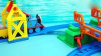 电动托马斯轨道玩具 托马斯在八字形吊桥轨道运输货物