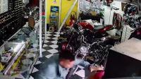 巴西警察(灰色外套)与持枪匪徒的生死对决
