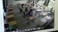 考生出车祸骨折行动不便_副校长背进考场