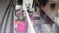 女子头顶重包裹让道 不料被碰撞后仰坠楼