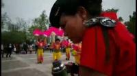 牡丹花开,四月温暖的气候让梨城的牡丹开得争奇斗艳。梨城水兵舞团的姐妹也来凑热闹。枫叶分团在梨城牡丹园表演舞蹈欢聚一堂。