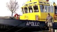 Hellevoeter helpt brandweer met eigen blusboot - YouTube