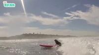 海上冲浪是件危险的事情,狗狗因为这个姑娘,绝定再来一次
