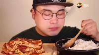 韩国胖子吃超辣泡菜, 一大口下去, 看着好开胃
