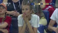 【花絮】吓一跳!美女球迷全神贯注观赛 被摄像机cue到有点慌