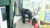 南京钟山驾校接送学员校车行驶途中突然失火