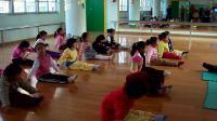 吴雨潼在幼儿园--中班兴趣班:学习中国舞基本功