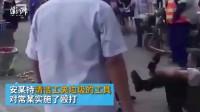 【山西太原:一城管抽打水果摊贩,摊贩被打倒地并未还手。警方:打人城管被处十日行政拘留】