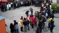 江大跪地门——一男子手持鲜花跪在女生宿舍楼下,数百名学生围观,场面轰动。