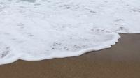 白沙滩的海浪犹如啤酒泡沫般的细腻