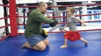 可爱的2岁泰拳男孩打拳脚靶
