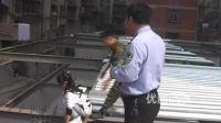 [拍客]女孩遭同学殴打跳楼轻生 消防员一把抱回